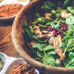 Салат со шпинатом, гранатом и мясом